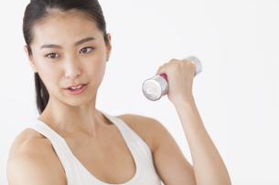 ダンベルで運動をする女性の写真素材 [FYI02968558]
