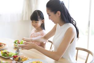 食事を楽しむ親子の写真素材 [FYI02968561]