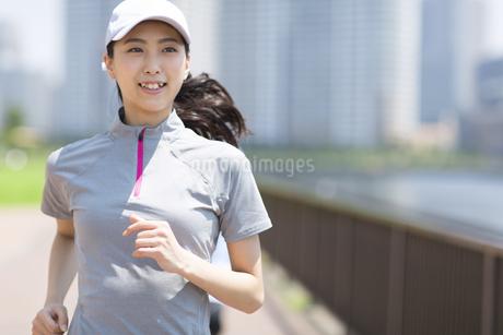 ランニングをする女性の写真素材 [FYI02968565]