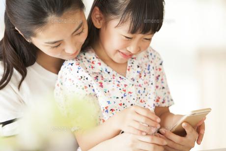 スマートフォンを見て楽しむ親子の写真素材 [FYI02968567]
