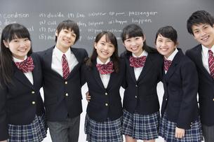 黒板の前で笑う学生たちのポートレートの写真素材 [FYI02968573]