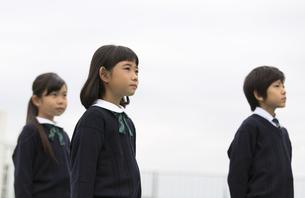 屋上に立って遠くを眺める小学生たちの写真素材 [FYI02968574]