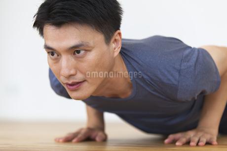 腕立て伏せをする男性の写真素材 [FYI02968579]