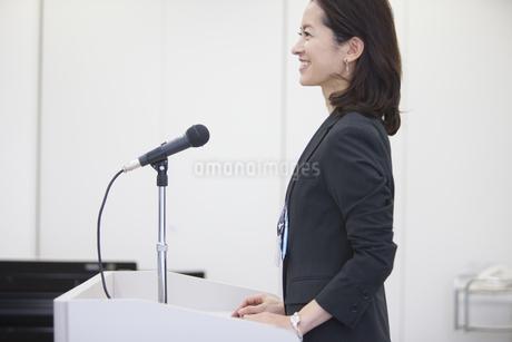 演台で話すビジネス女性の写真素材 [FYI02968584]
