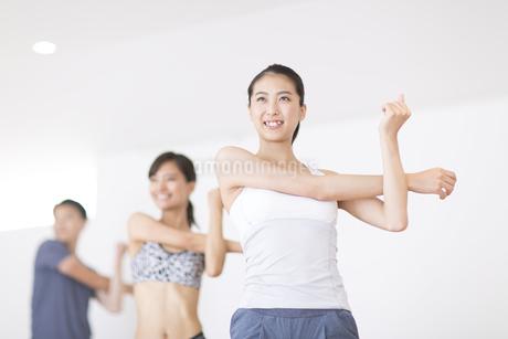 ジムでストレッチをする女性たちの写真素材 [FYI02968585]