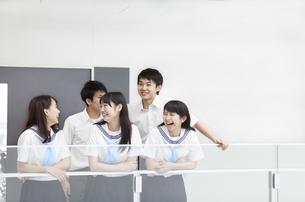 学校の廊下で笑う学生たちの写真素材 [FYI02968586]