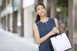 ショッピングを楽しむ女性の写真素材 [FYI02968587]
