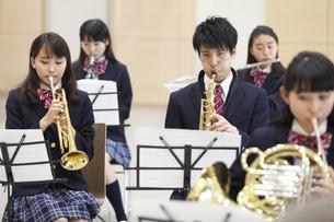 吹奏楽の練習をする学生たちの写真素材 [FYI02968589]