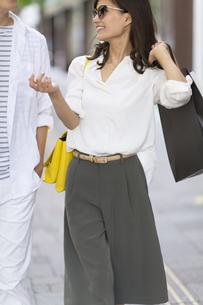 ショッピングを楽しむ男性と女性の写真素材 [FYI02968594]