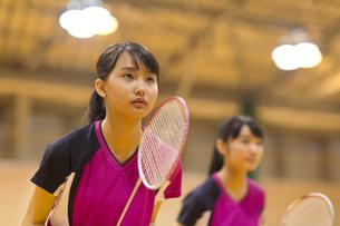 バドミントンをする女子学生の写真素材 [FYI02968604]