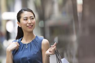 ショッピングを楽しむ女性の写真素材 [FYI02968605]