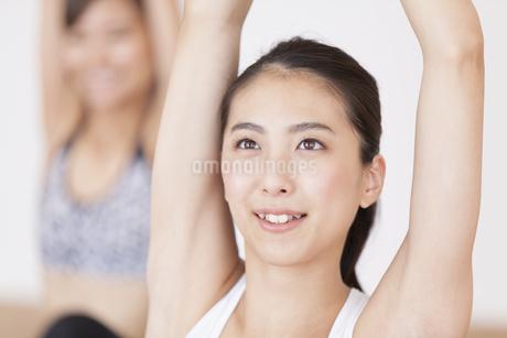 ジムでストレッチをする女性2人の写真素材 [FYI02968606]