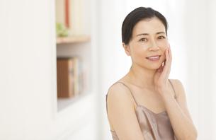 頬に片手を添える女性の写真素材 [FYI02968608]