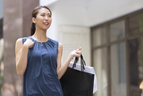 ショッピングを楽しむ女性の写真素材 [FYI02968613]