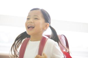 ランドセルを背負って笑う女の子の写真素材 [FYI02968616]
