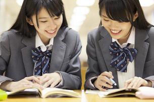 図書室で勉強する2人の女子高校生の写真素材 [FYI02968617]