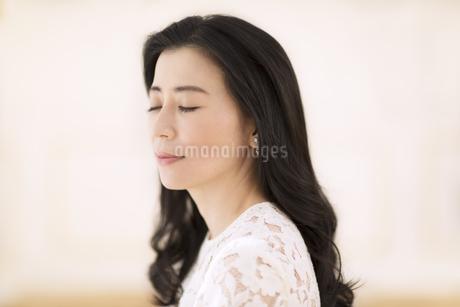 まぶたを閉じる女性の写真素材 [FYI02968618]