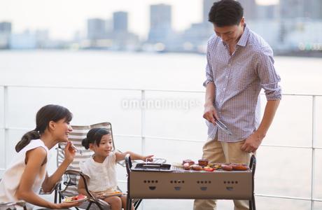 バーベキューを楽しむ家族の写真素材 [FYI02968619]