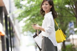 ショッピングを楽しむ女性の写真素材 [FYI02968622]