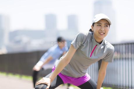 スポーツウエアを着てストレッチをする男性と女性の写真素材 [FYI02968623]