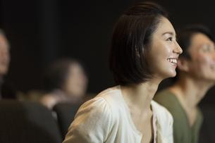 映画を観る女性の写真素材 [FYI02968625]