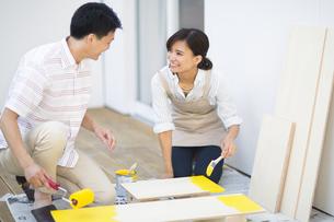 ベニヤ板にペンキを塗る男性と女性の写真素材 [FYI02968627]