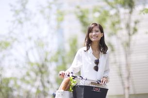 自転車で買い物をする女性の写真素材 [FYI02968628]