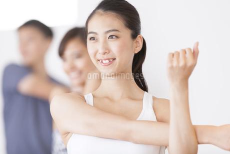 ジムでストレッチをする女性たちの写真素材 [FYI02968633]