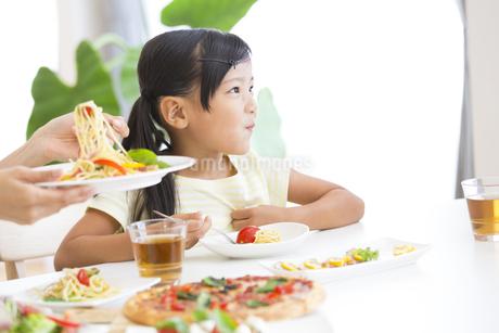 食事を楽しむ女の子の写真素材 [FYI02968634]