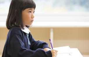 教室で授業を受ける小学生の女の子の写真素材 [FYI02968637]