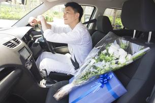 運転席に座る男性の写真素材 [FYI02968642]