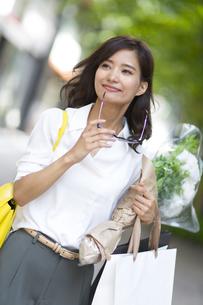 ショッピングを楽しむ女性の写真素材 [FYI02968645]