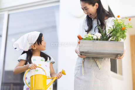 ガーデニングを楽しむ親子の写真素材 [FYI02968647]