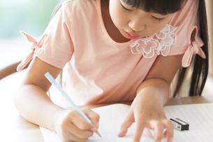 勉強をする女の子の写真素材 [FYI02968650]