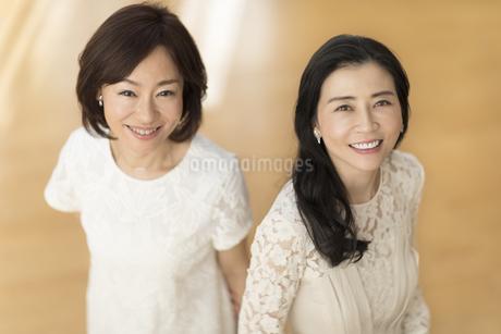 微笑む2人の女性の写真素材 [FYI02968656]