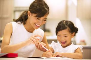 子供の勉強を見る母親の写真素材 [FYI02968657]