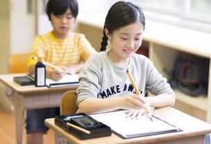 習字の授業を受ける女の子の写真素材 [FYI02968658]