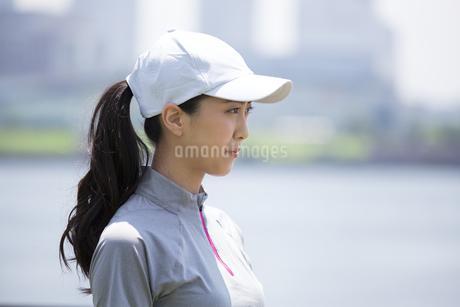 スポーツウエアを着た女性の横顔の写真素材 [FYI02968659]