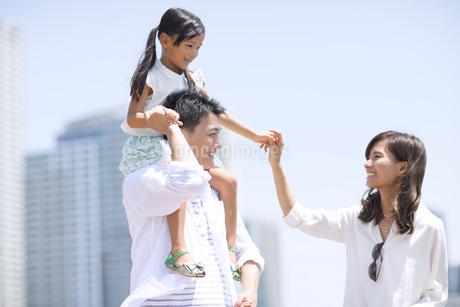 子供を肩車する父と手を繋ぐ母と子供の写真素材 [FYI02968660]