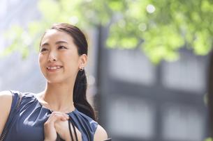 街角で微笑む女性の写真素材 [FYI02968661]