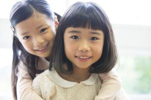 教室の窓際で笑う女の子2人の写真素材 [FYI02968670]