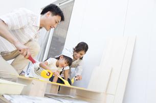 ベニヤ板にペンキを塗る家族の写真素材 [FYI02968673]