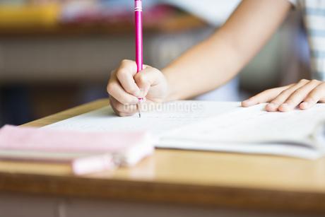 授業を受ける小学生の手元の写真素材 [FYI02968674]