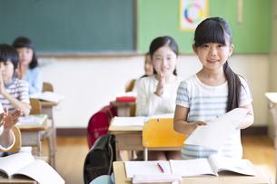 授業中に作文を読む小学生の女の子の写真素材 [FYI02968681]