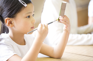 絵具で色を塗る女の子の写真素材 [FYI02968686]