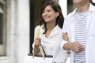 ショッピングを楽しむ男性と女性の写真素材 [FYI02968687]