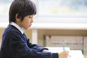 教室で授業を受ける小学生の男の子の写真素材 [FYI02968688]