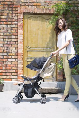 ベビーカーで散歩する親子の写真素材 [FYI02968689]