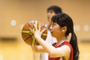 バスケットボールをする女子学生の写真素材 [FYI02968691]