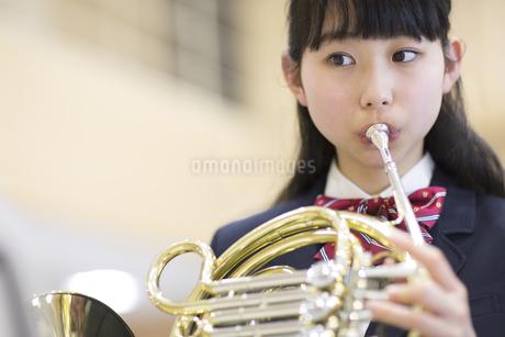 ホルンを吹く女子学生の写真素材 [FYI02968695]